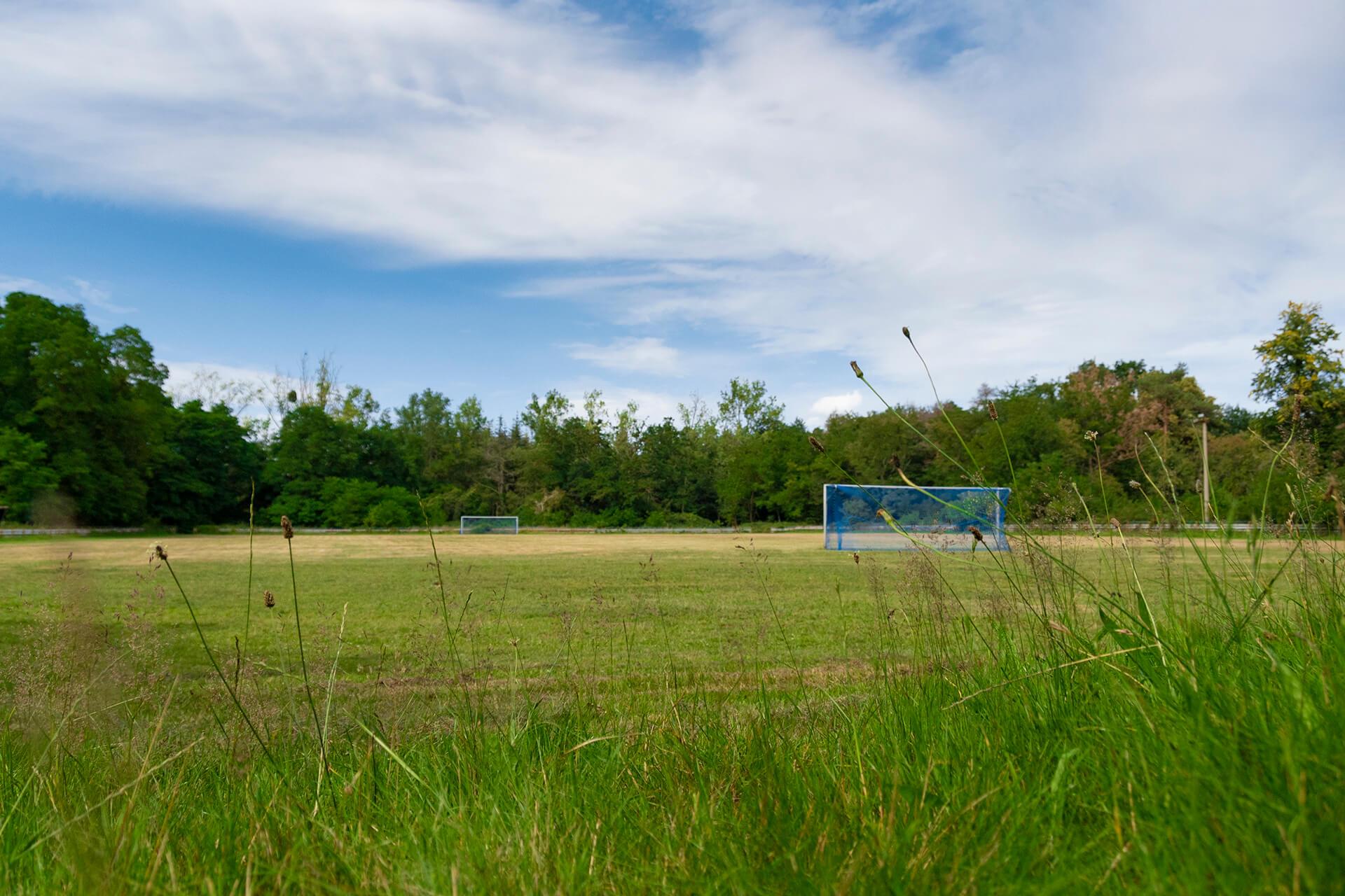 Fußballplatz im Grünen