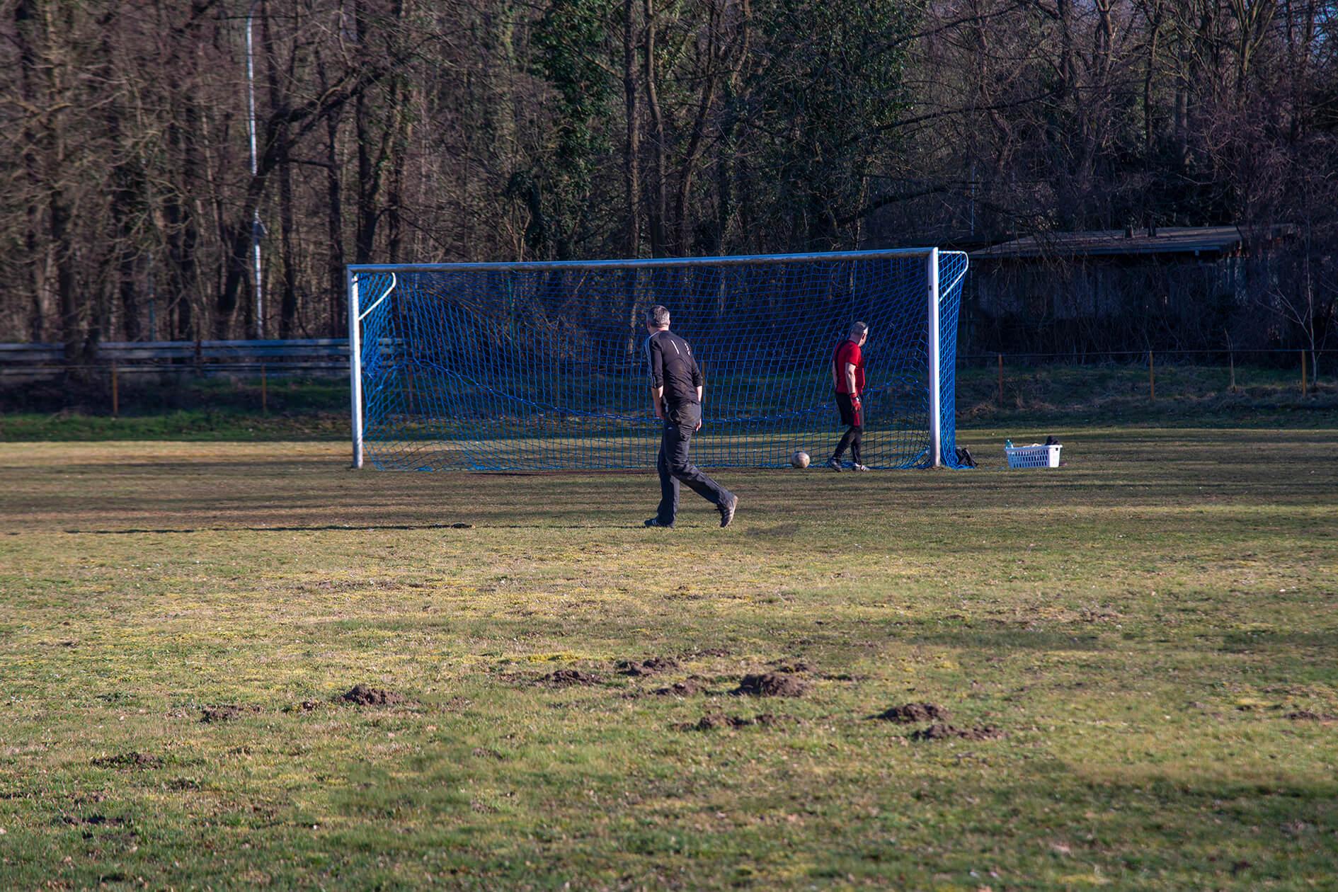 Menschen beim Fußballspielen